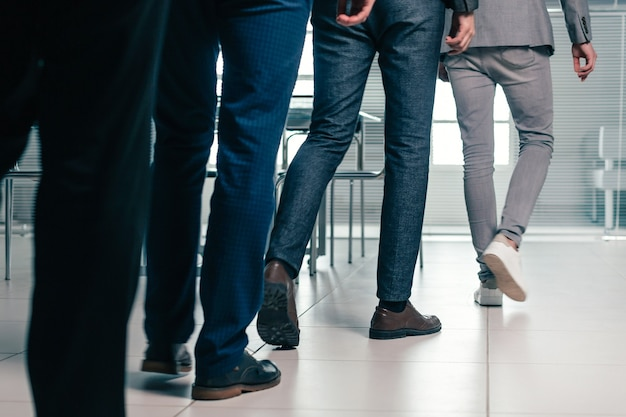 Pracownicy biurowi wchodzący do biura pracy