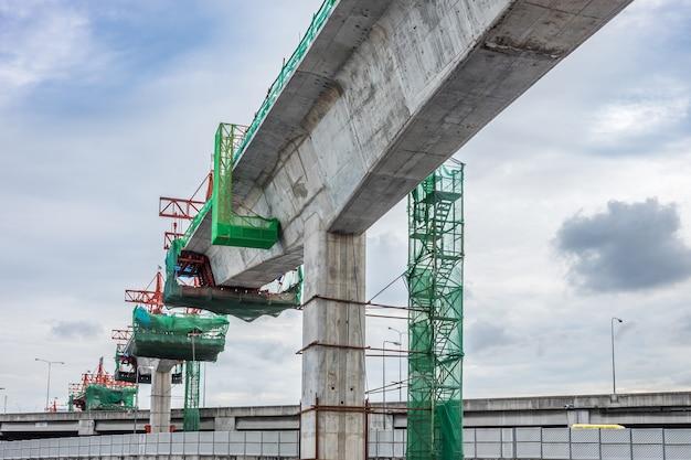 Pracownicy budowlani budują pociąg powietrzny po środku skrzyżowania