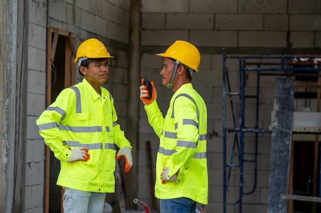 Pracownicy budowlani omawiający plan pracy na budowie