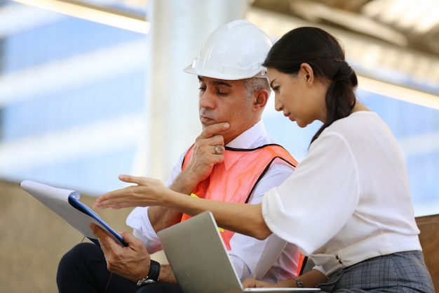 Pracownicy budowlani pracujący na budowie