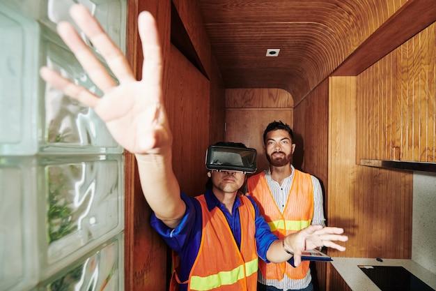 Pracownicy budowlani testujący vr