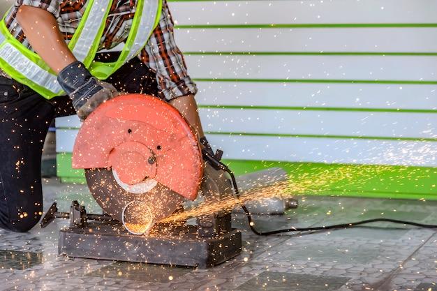 Pracownicy budowlani używają nożyc do stali. do stosowania w budownictwie