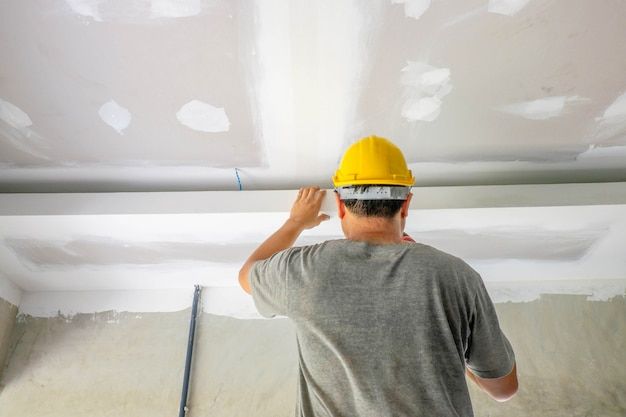 Pracownicy budowlani wypełniają sufit