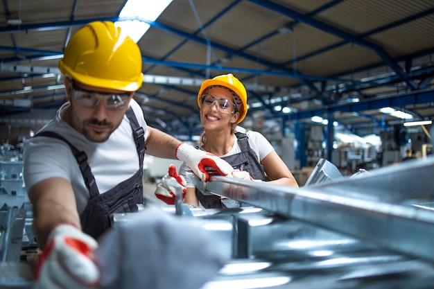 Pracownicy fabryki pracujący w linii produkcyjnej