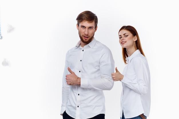 Pracownicy finansów firmy w pracy mężczyzna i kobieta w identycznych koszulach