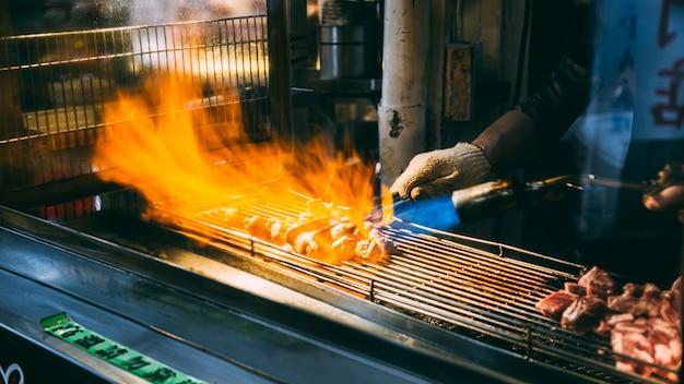 Pracownicy grillują mięso na sprzedaż, tajpej, tajwan - 11 czerwca 2562.
