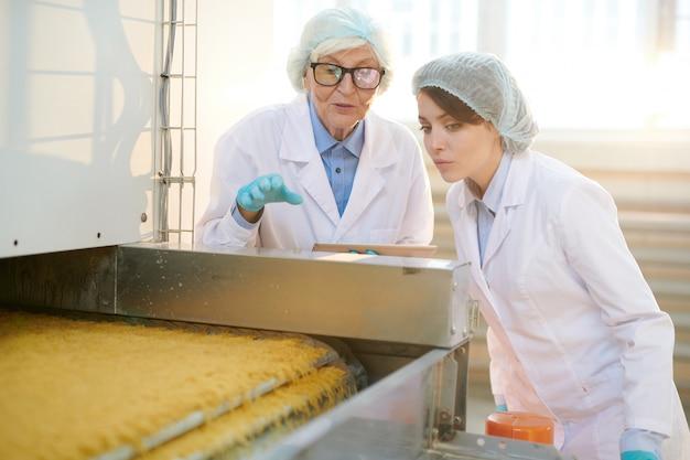 Pracownicy kontrolujący produkcję żywności