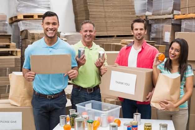Pracownicy magazynu pakują pudełka darowizny