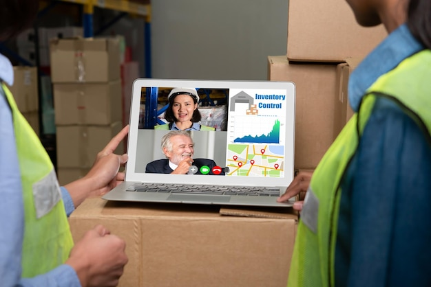 Pracownicy magazynu rozmawiają na rozmowie wideo na ekranie komputera w magazynie magazynowym