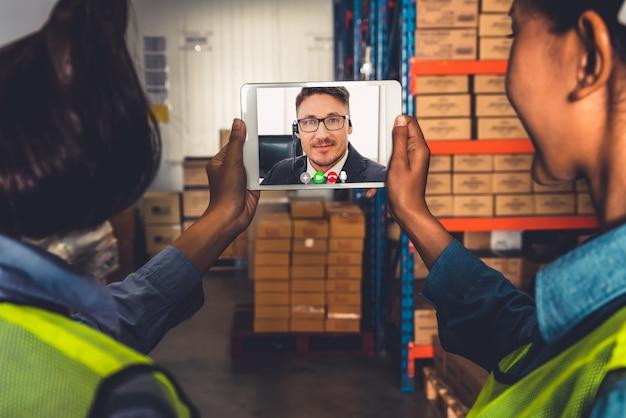 Pracownicy magazynu rozmawiają podczas rozmowy wideo