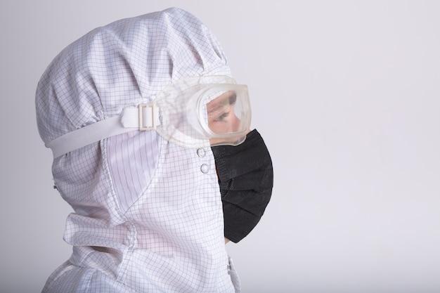 Pracownicy medyczni badają wirusa koronowego i przeprowadzają dezynfekcję.