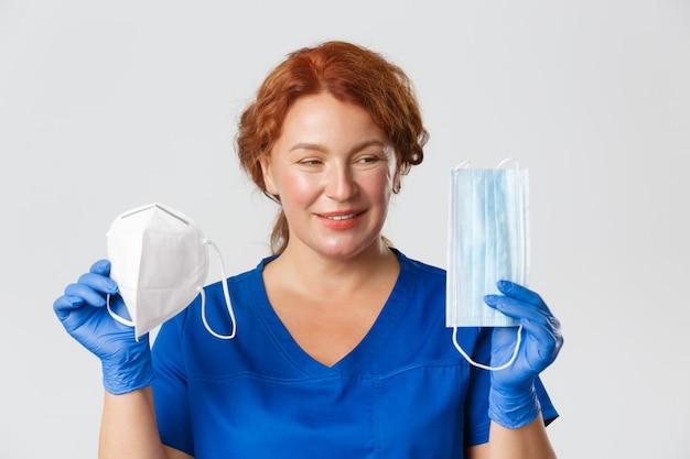 Pracownicy medyczni covid pandemiczny koronawirus koncepcja zbliżenie uśmiechnięta kobieta lekarz lekarz pokazuje...