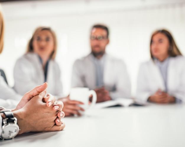 Pracownicy medyczni na spotkaniu. zbliżenie.