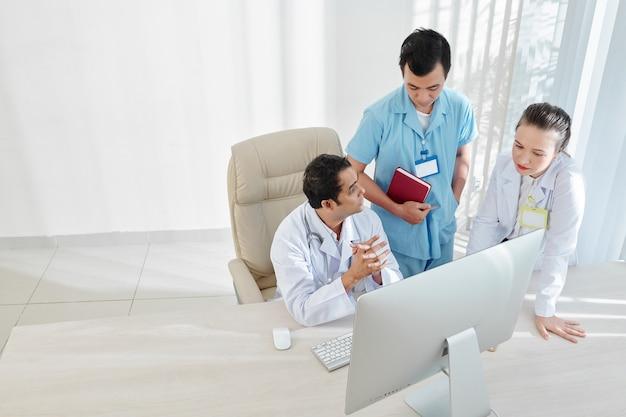 Pracownicy medyczni rozmawiający o rozprzestrzenianiu się wirusa