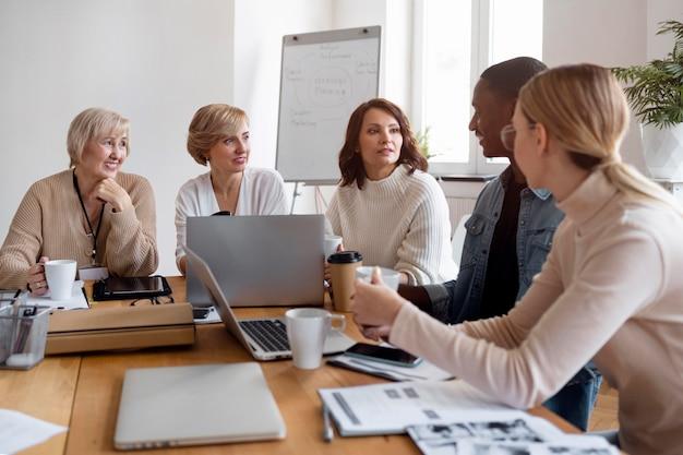 Pracownicy na spotkaniu biznesowym