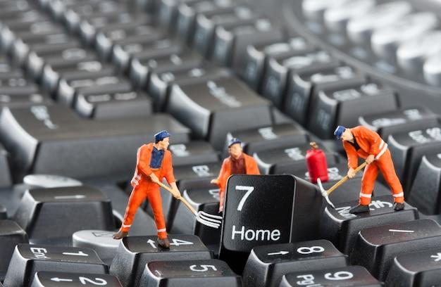 Pracownicy naprawiający klawiaturę