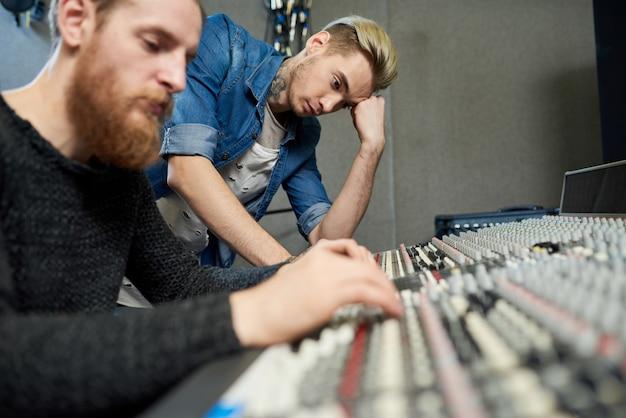 Pracownicy nowoczesnego studia dźwiękowego
