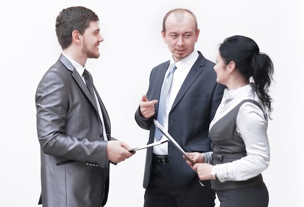 Pracownicy omawiają dokumenty biznesowe, stojąc w holu biura. zdjęcie z miejscem na kopię