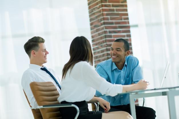 Pracownicy omawiają nowe pomysły w miejscu pracy w biurze.zdjęcie z kopią miejsca