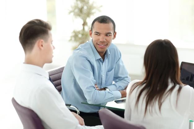Pracownicy omawiają nowe pomysły w miejscu pracy w biurze