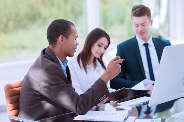 Pracownicy omawiają nowe pomysły w nowoczesnym biurze. koncepcja pracy zespołowej