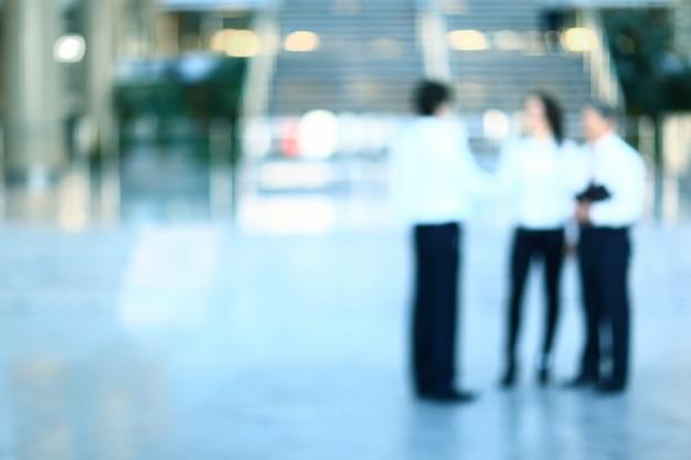 Pracownicy Pracują W Lobby Przestronnym Biurze Premium Zdjęcia
