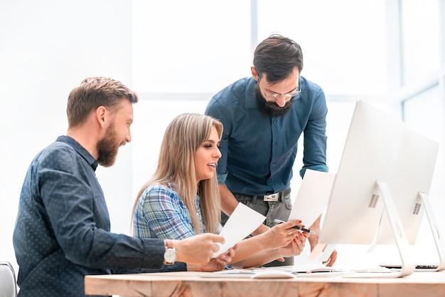 Pracownicy pracują z dokumentacją biznesową dla nowego startupu. biuro w dni powszednie
