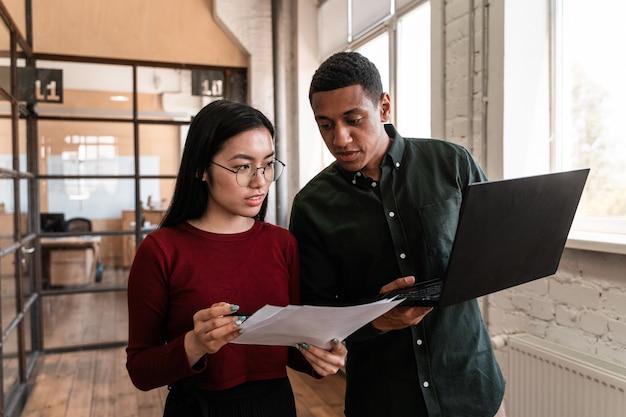 Pracownicy pracujący w biurze. wieloetniczna grupa start-up rozwijająca nowy projekt biznesowy