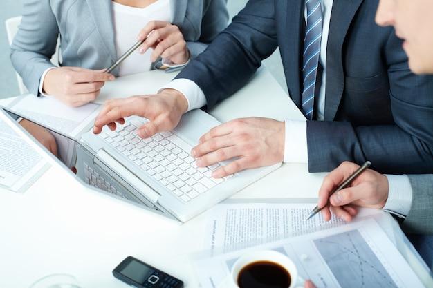 Pracownicy rozważają okres trwania umowy