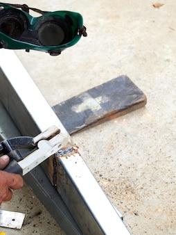 Pracownicy spawają żelazo.