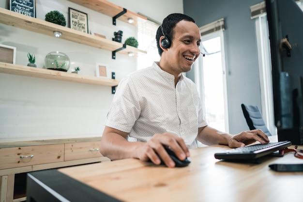 Pracownicy telekomunikacyjni w biurze