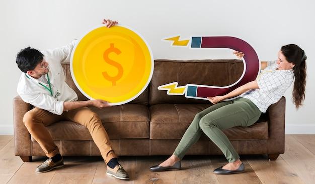 Pracownicy trzymający ikony siły waluty i magnesu