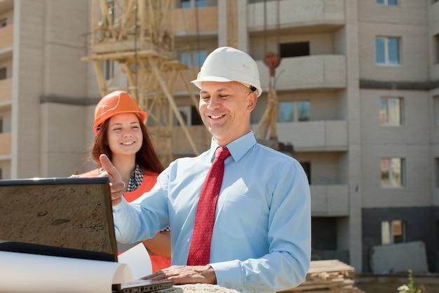 Pracownicy umysłowi pracują na placu budowy