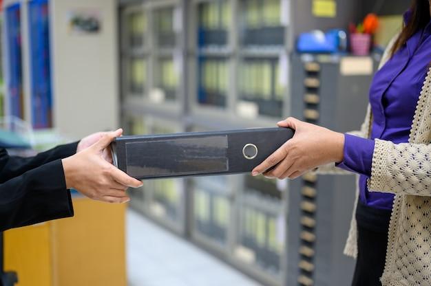 Pracownicy używają mobilnych czarnych dokumentów w biurze