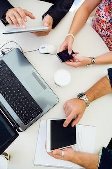 Pracownicy używający urządzeń w miejscu pracy