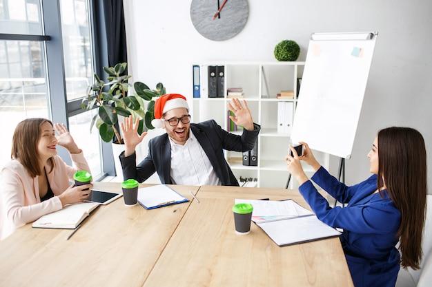 Pracownicy w biurze. świętujemy nowy rok lub boże narodzenie