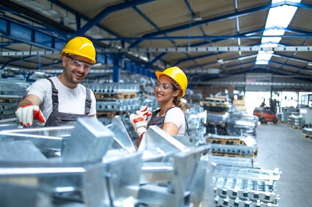 Pracownicy w fabrycznej linii produkcyjnej.