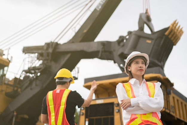 Pracownicy w kopalni węgla brunatnego lub węgla z ciężarówką przewożącą węgiel.