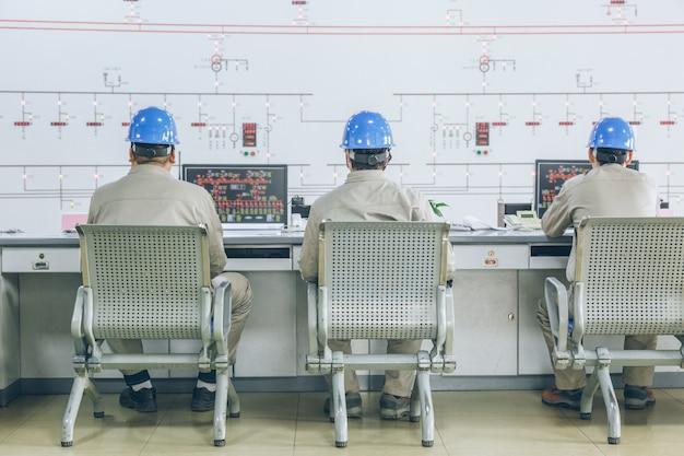 Pracownicy w sali dowodzenia