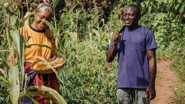Pracownicy wsi razem w terenie