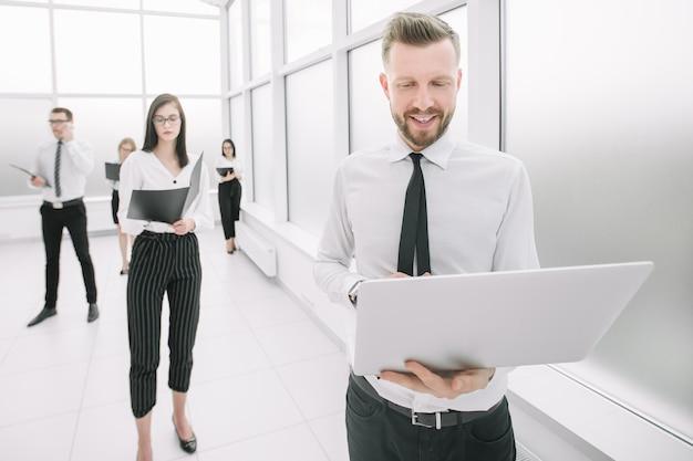 Pracownicy wykonawczy firmy stojący w holu biurowym. zdjęcie z miejscem na kopię