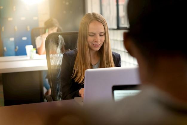 Pracownicy zajęci pracą w nowoczesnej przestrzeni biurowej