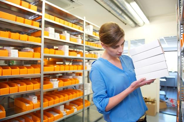 Pracownik apteki poszukujący lekarstw
