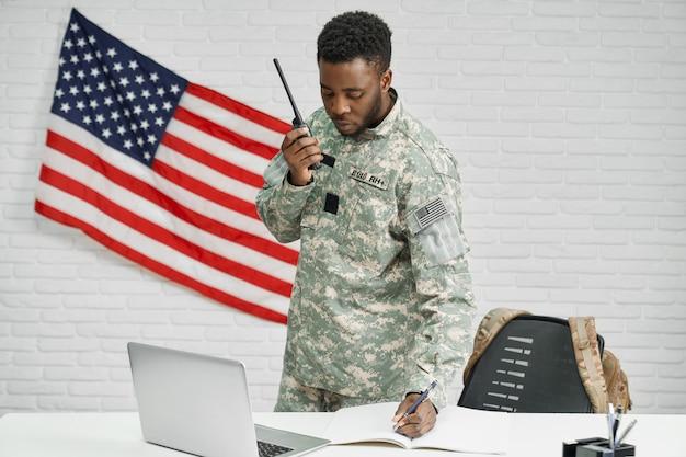 Pracownik armii amerykańskiej pisania dokumentów, za pomocą laptopa.