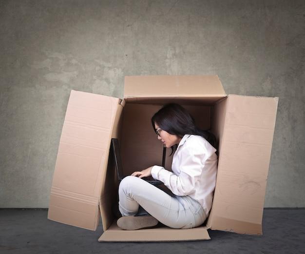 Pracownik będąc w małym pudełku