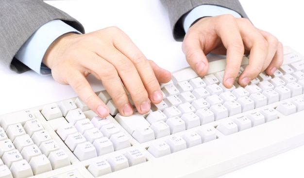 Pracownik biurowy drukuje na białej klawiaturze
