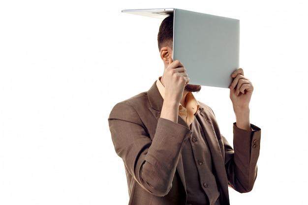 Pracownik biurowy, który nie widzi nic poza komputerem. facet z laptopem na głowie