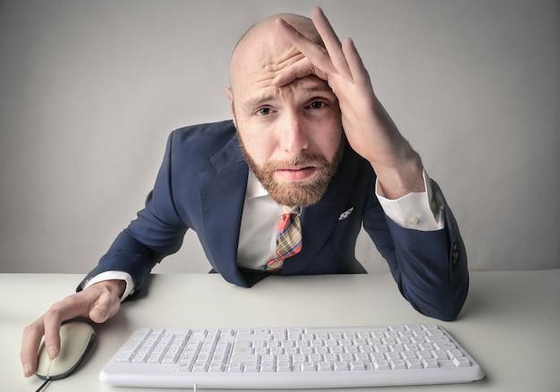 Pracownik biurowy mający problem