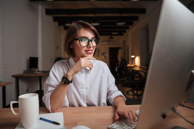 Pracownik biurowy. modelka w okularach