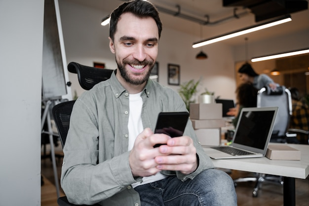 Pracownik biurowy na czacie online za pomocą internetu